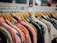 EVID_vestiti-grucce-abbigliamento-negozio